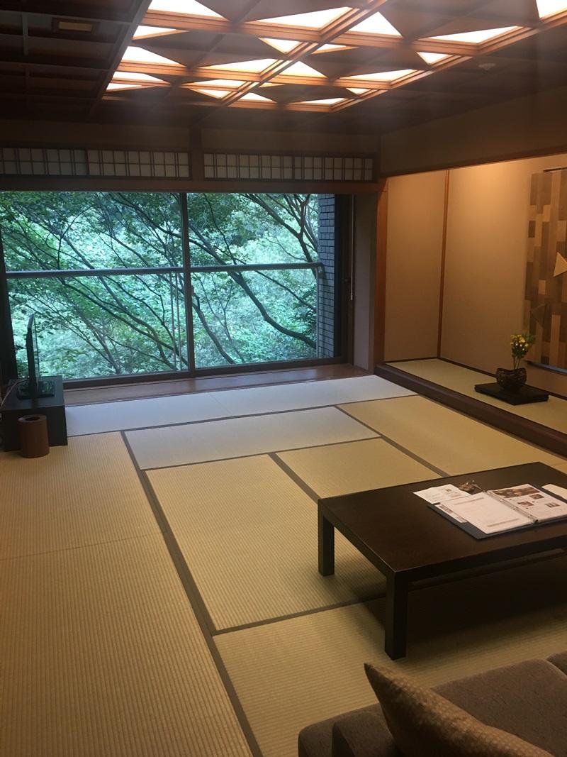 和室はかなりの絶景で自然と下に須雲川が見える